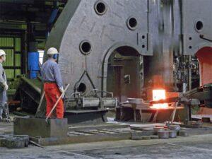 توليد قطعات فولادی به روش فورجینگ یا آهنگری دريک واحد بزرگ صنعتی